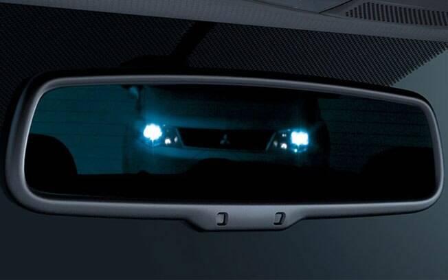 Quem nunca teve o problema de uma luz forte demais refletida no retrovisor? O sistema eletrocrômico evita  isso