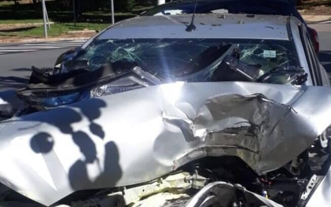 Casal de idosos morre após carro colidir com árvore em Americana