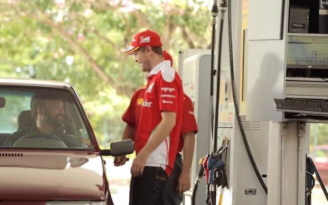 Alemão Sebastian Vettel viveu um dia de frentista em posto de gasolina de São Paulo