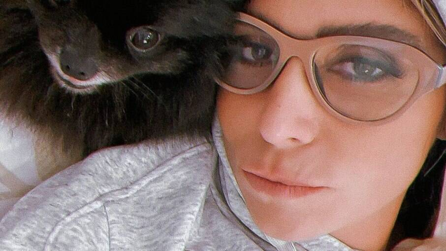 Giovanna Antonelli em foto com cãozinho de estimação