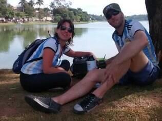 O casal Lorena Biagetti e Oscar Christiani pararam na Lagoa da Pampulha para beber o tradicional mate