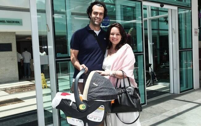 Mariana Belém e Cristiano Saab deixam a maternidade com Laura no bebê conforto