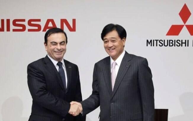 Carlos Ghosn ao lado de Osamu Masuko (Mitsubishi Motors), durante a assinatura a aliança entre as fabricantes