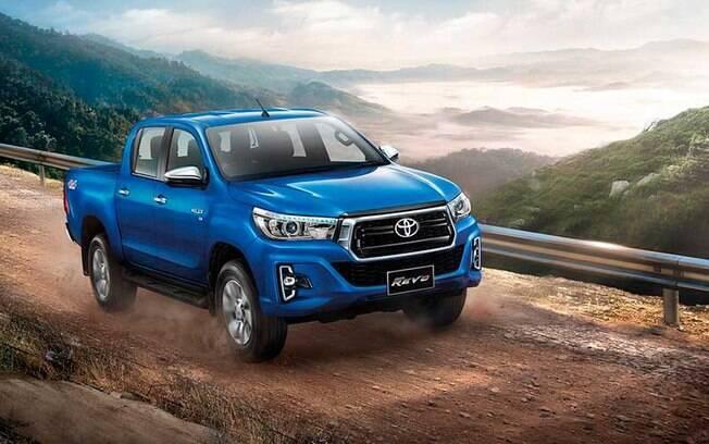 Toyota Hilux: frente renovada, com para-choques redesenhados que inclui novas entradas de ar e outos faróis auxiliares