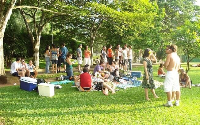 Couchsurfers promovem encontros semanais para interagirem, como esse piquenique no Parque do Ibirapuera, em São Paulo