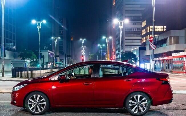 Nissan Versa tem desenho arrojado e que lembra o de um sedã médio, com alta linha de cintura