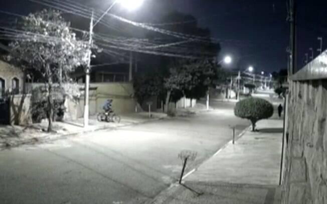 Vídeo: dupla furta bicicleta elétrica no Jardim Flamboyant
