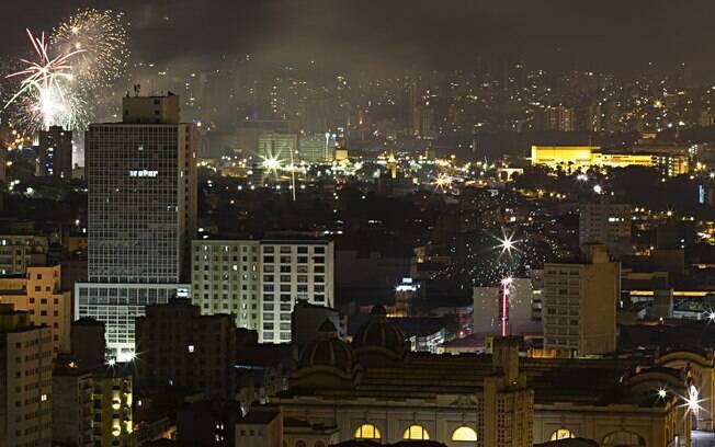 Queima de fogos vista na região central de São Paulo (SP), nesta sexta-feira (1). Foto: Adailton Damasceno/Futura Press