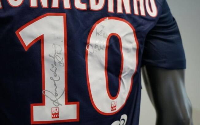 Camisa assinada por Ronaldinho Gaúcho e que estará no leilão beneficente