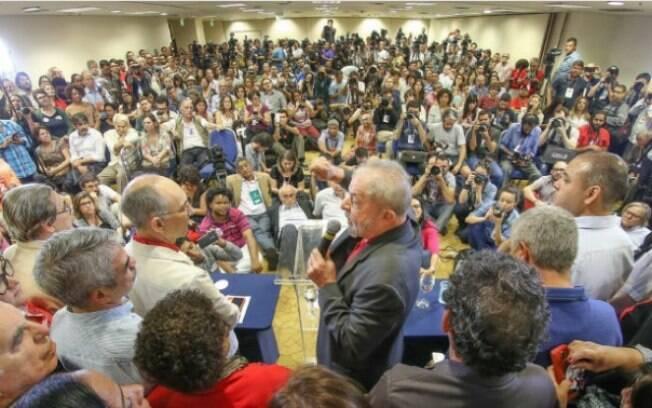 Lula é observado por militantes durante discurso realizado na sede do diretório paulista do Partido dos Trabalhadores