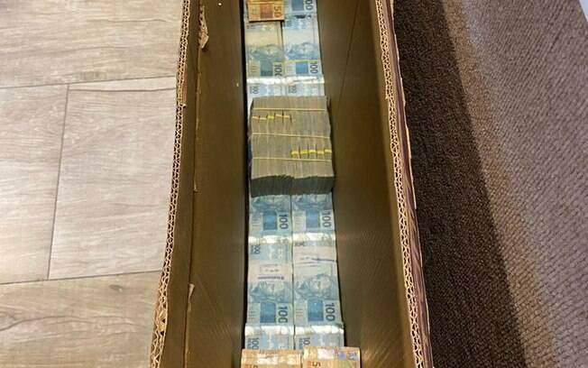 Operação da PF apreendeu dinheiro em espécie escondido dentro de caixa de TV.