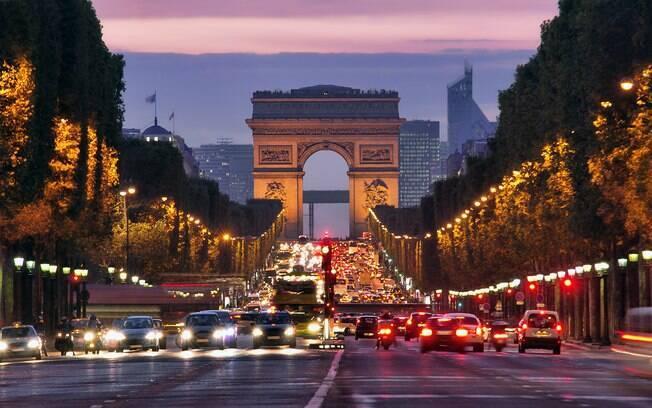 O Arc du Triomphe é só uma das várias atrações na Cidade da Luz, talvez um dos mais charmosos destinos de férias