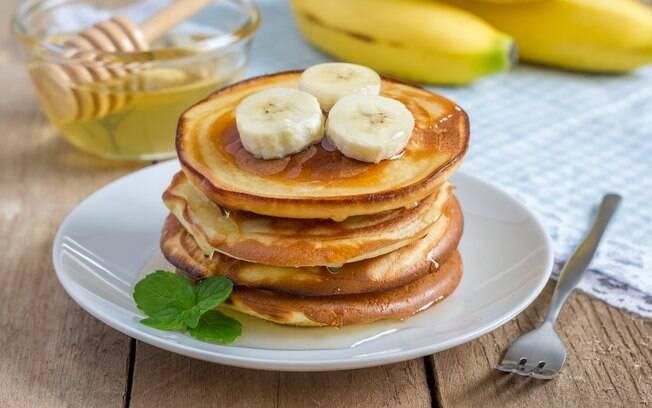 Fazer uma panqueca de banana é uma forma de ter um café da manhã saudável e ainda assim muito gostoso