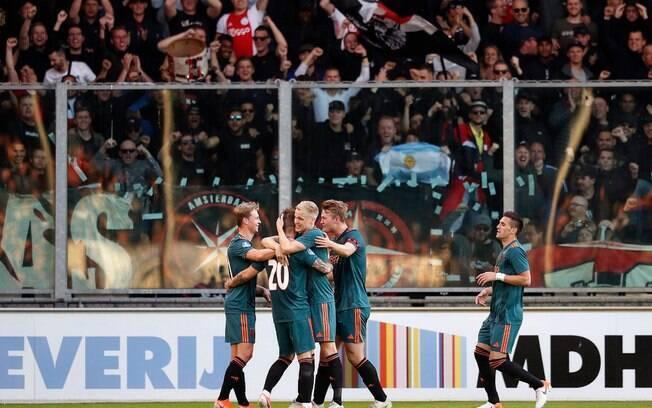 Time do Ajax comemora gol do jogo do título