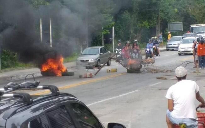 Barricada com corpos queimados foi montada na altura do km 474, próximo ao bairro Lambicada