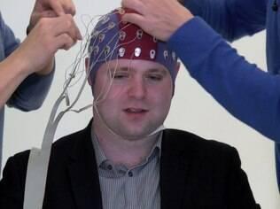 Sensores colados no cérebro permitem controlar drone