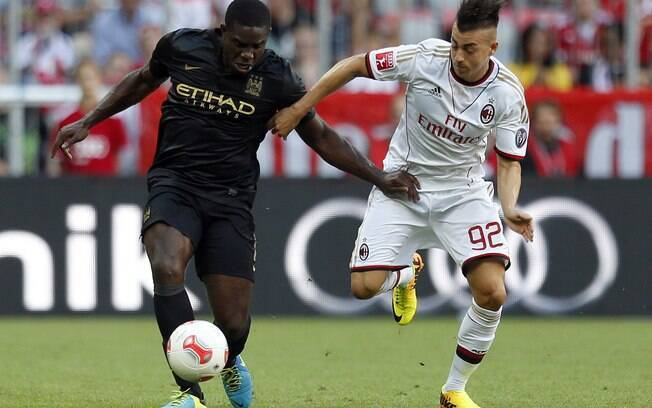 Richards e El Shaarawy em lance do amistoso.  Italiano foi responsável por reação do Milan