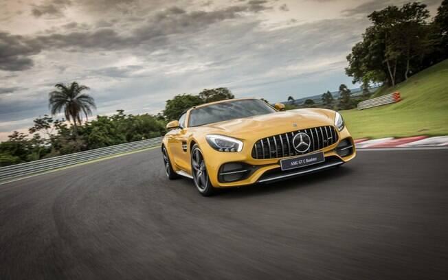 Mercedes AMG GT C Roadster mostra bom equilíbrio entre esportividade e conforto, mesmo acelerando forte
