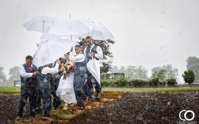 Diana e Marcus se casaram em um dia de muita chuva e para a noiva chegar ao altar os padrinhos fizeram uma força tarefa