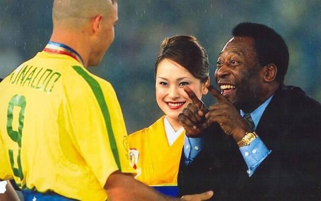 Pelé comemora com Ronaldo a conquista do penta da seleção brasileira em 2002, no Japão. Foto: DJALMA VASSÃO / Gazeta Press