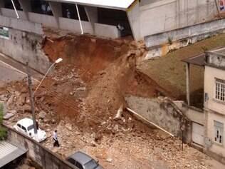 Muro de escola desaba em Itabirito e atinge três veículos