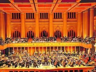 Osesp. Ao todo, 155 músicos compõem a orquestra, entre brasileiros, norte-americanos, suíços, etc