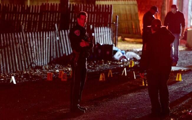 Policiais investigam local de tiroteio ocorrido nesta madrugada nos Estados Unidos