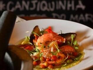 A canjiquinha de frutos do mar do chef Eloi Moreira vem com pesto de coentro e brotinhos da erva para finalizar