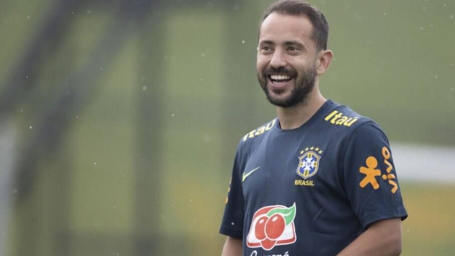 Everton Ribeiro está no radar de time dos Emirados Árabes