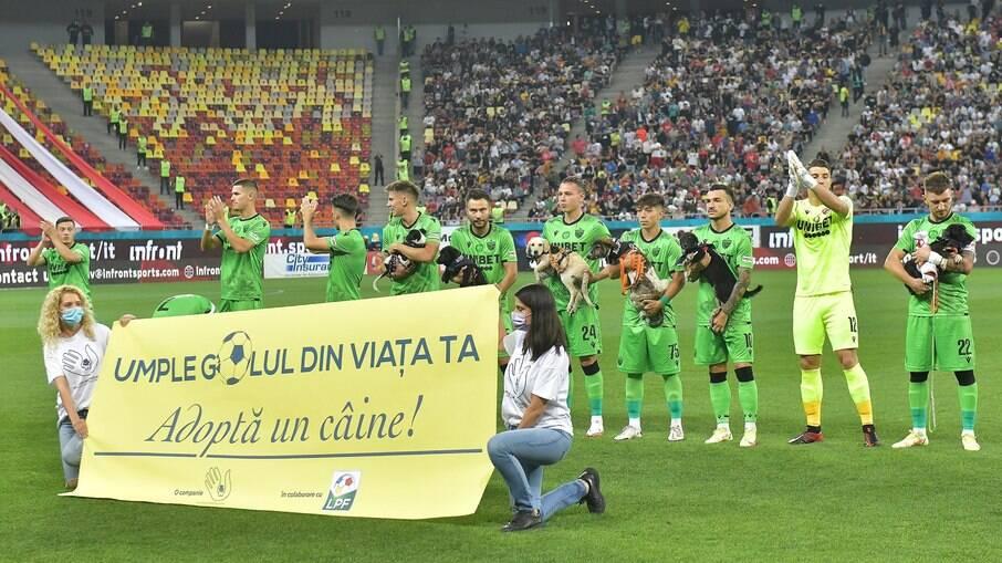 Campeonato da Liga Romena de futebol em campanha para incentivar a adoção de cães abandonados