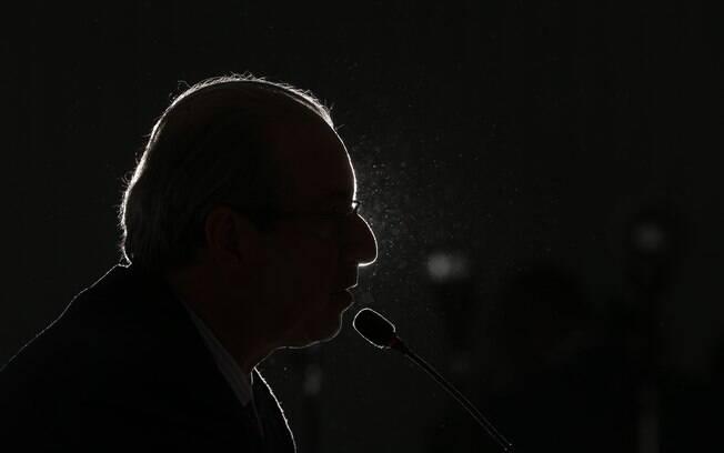Após negar várias vezes que renunciaria ao cargo, Eduardo Cunha cedeu às pressões nesta quinta