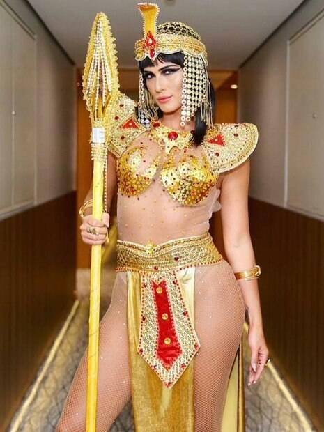 Lívia Andrade como Cleópatra em ensaio com a Escola de Samba Império de Casa Verde, de São Paulo
