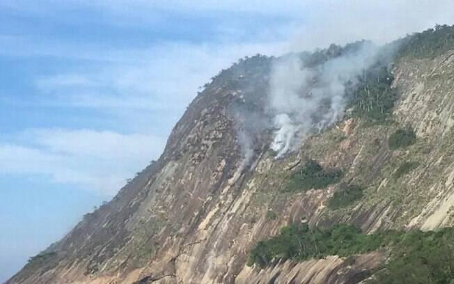 Serra da Tiririca, em Niterói, pegando fogo nesta manhã de domingo