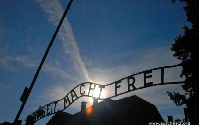 O portão nos dias atuais com a infame frase Arbeit Macht Frei (o trabalho liberta), comum a todos os campos nazistas. Foto: Auschwitz-Birkenau Memorial and Museum
