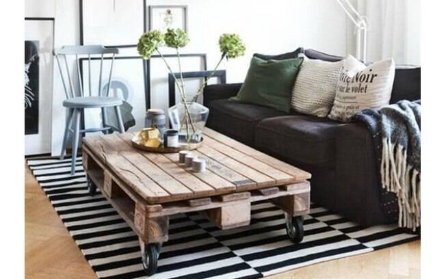 A clássica mesa de centro pode ganhar um estilo diferente que os paletes são usados
