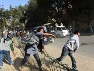Polícia entra em confronto com manifestantes anti-Charlie Hebdo no Paquistão