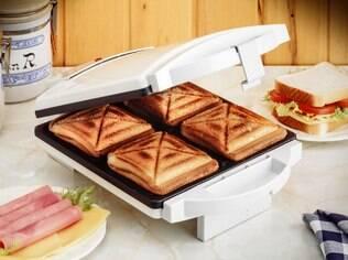 Não é uma boa ideia cutucar restos de comida com talheres na hora de limpar a sanduicheira
