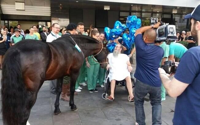 Homem doente fica mais feliz quando seu cavalo vai visitá-lo!