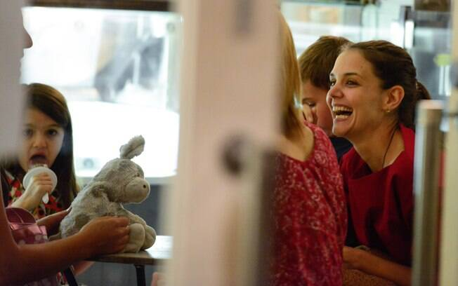 Katie Holmes volta a sorrir em passeio com a filha Suri