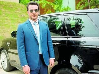 Cena.  Rodrigo Lombardi como o personagem Alex, empresário da área têxtil que sai com modelos