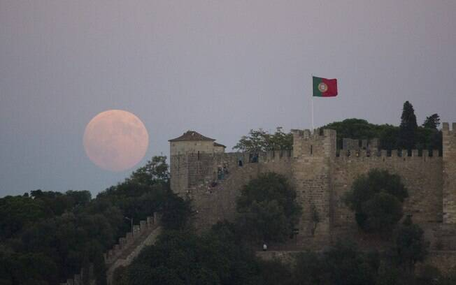 Foto da superlua registrada em Portugal neste domingo (27). Foto: AP - 27.9.15