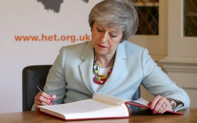Série de derrotas e problemas minou posição de May no cargo de primeira-ministra