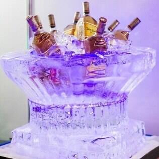 Champanheira esculpida no gelo da Arte em Gelo
