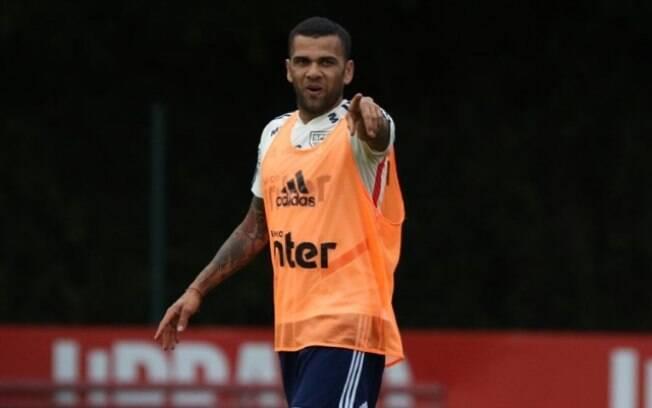 Daniel Alves está regularizado no São Paulo