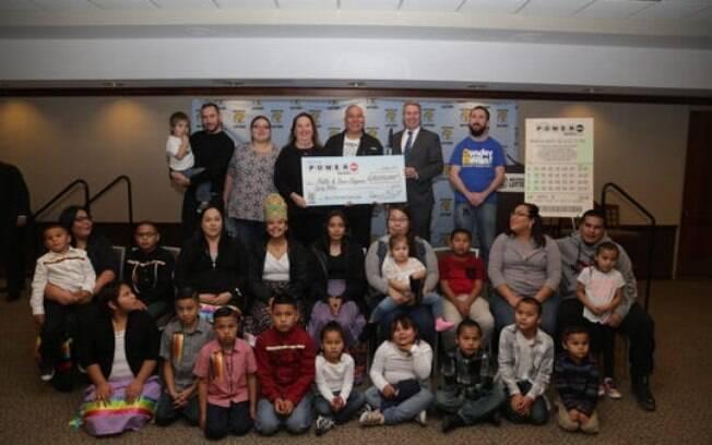Phillip e Dawn Chippewa com sua família, comissário da Loteria do Michigan, Brian O. Neill, e o cheque de US$ 80 milhões