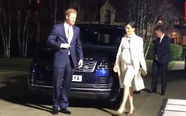 Príncipe Harry e Meghan Markle são flagrados na entrada de evento cultural