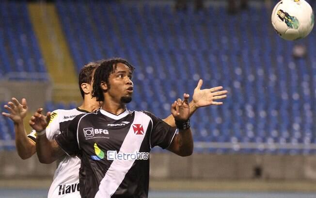 Carlos Alberto tenta fugir da marcação do  Botafogo