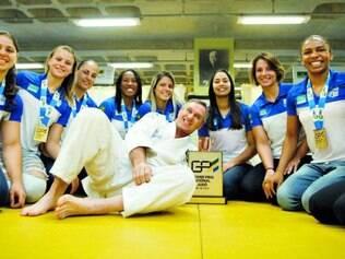 Campeãs. Judocas da equipe feminina do Minas Tênis exibem medalhas e o troféu da competição