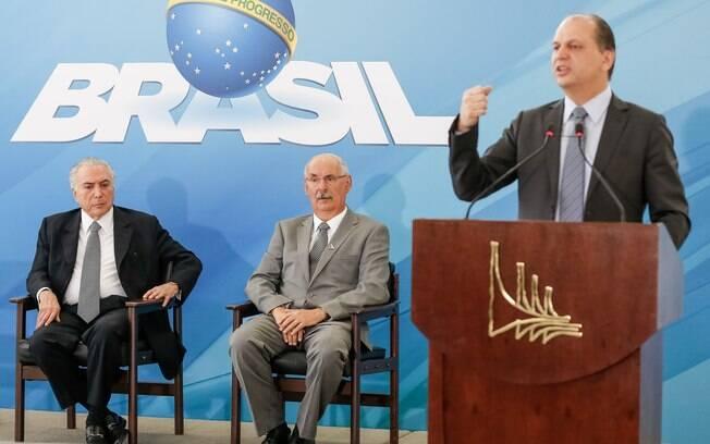 Ricardo Barros, então ministro da Saúde (de pé), ex-presidente Michel Temer e Osmar Terra, à época ministro do Desenvolvimento Social e Agrário