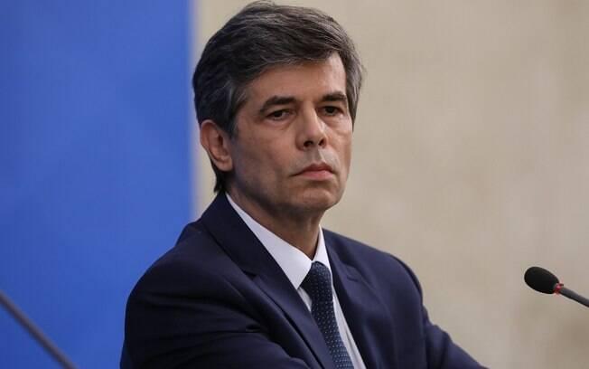 Nelson Teich tem relação desgastada após discordar sobre prescrição da cloroquina